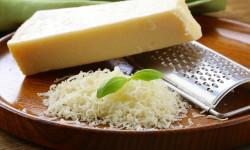 Натираем сыр Пармезан: как сделать это просто и быстро