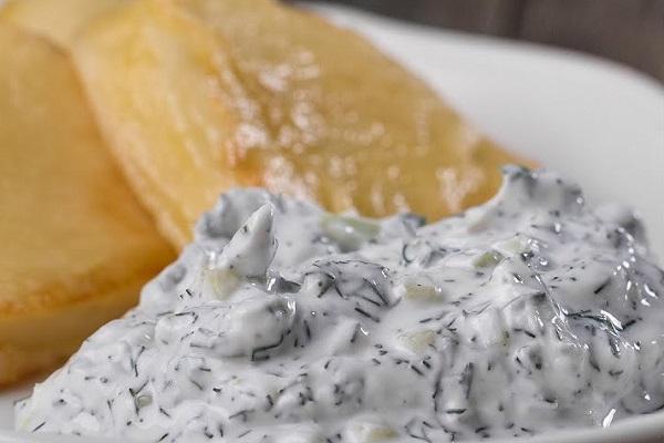 Жареный сыр халлуми с соусом дзадзики