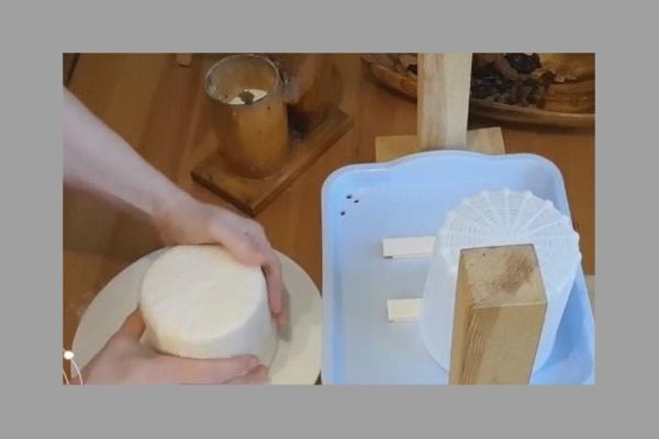 Выложить и посолить сыр